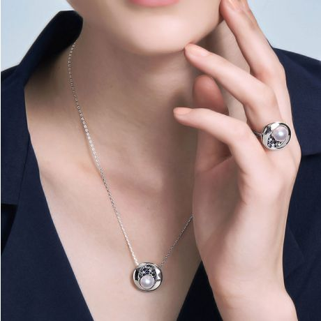 Pendentif constellation seiza I Perle Akoya, diamant, saphir, or blanc